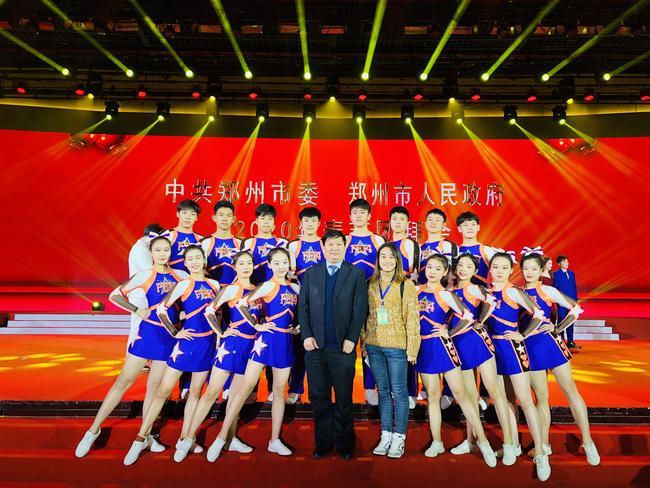 郑州市教育局党组书记、局长王中立与郑州14中啦啦操队员合影