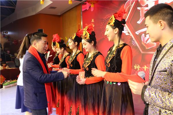 3校长郭勤学为新疆部学生代表发放春节慰问金