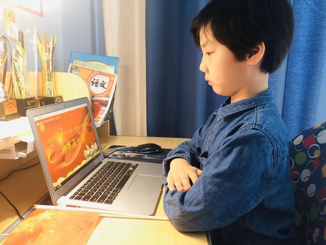 2.黄二少年认真观看线上开学典礼