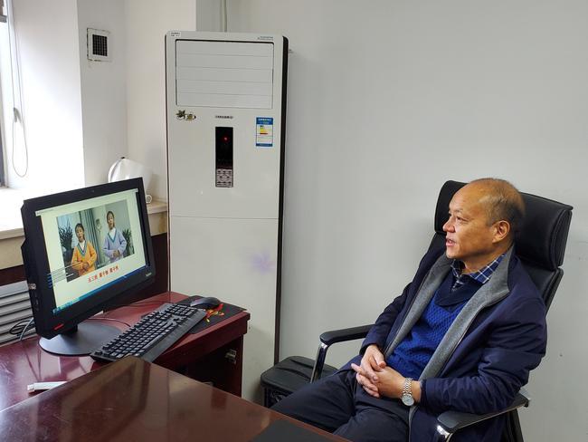 1、郑东新区教文体局局长田国安观看线上开学典礼_副本