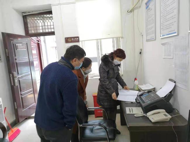 疫情防控小组在校园内排查