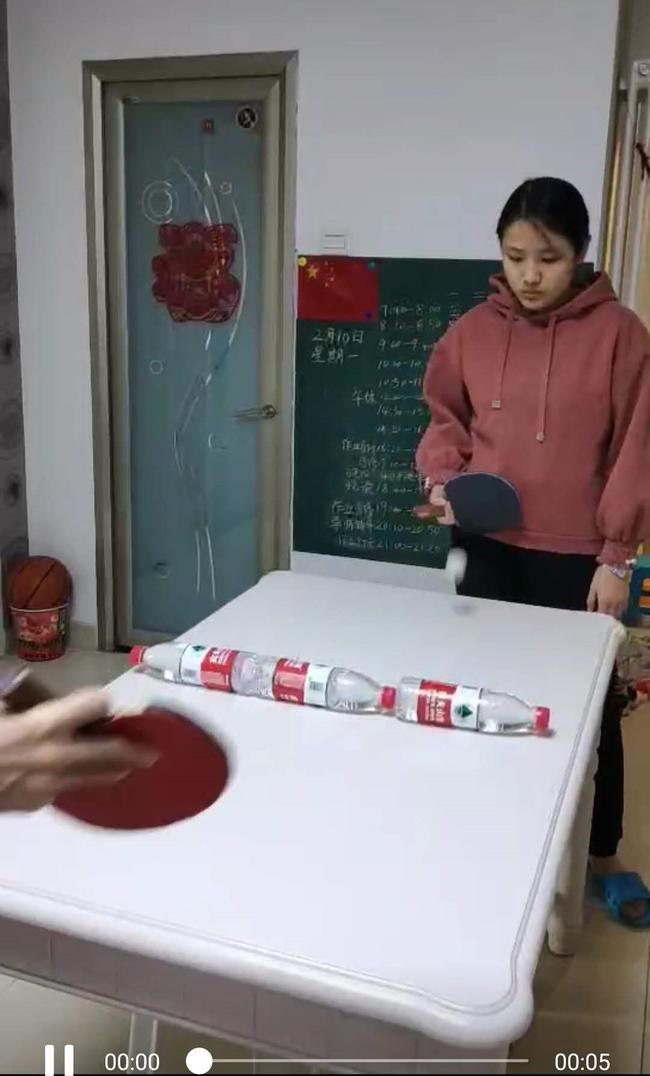 16.大课间,学生自制乒乓球桌进行体育锻炼。