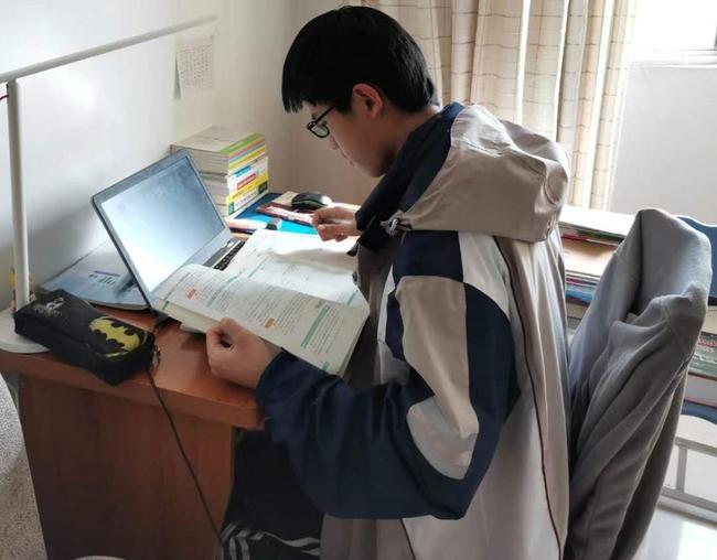 13.身在家里心在校,学生对校服的仪式感。