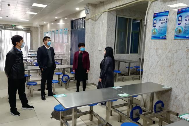1张艳敏区长一行深入学校餐厅调研指导