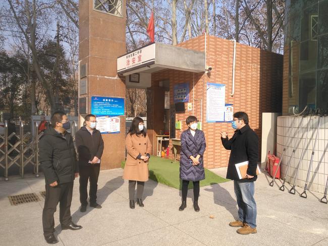 2.校长姜波介绍学校防控物资的准备情况
