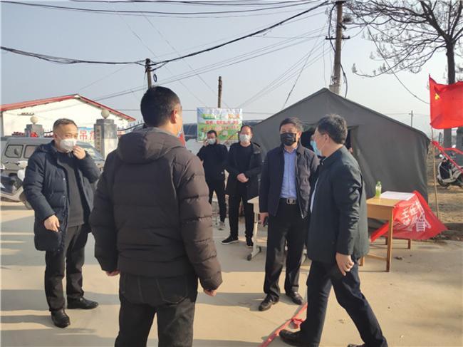 在王庄村把点询问过往人员防控工作情况