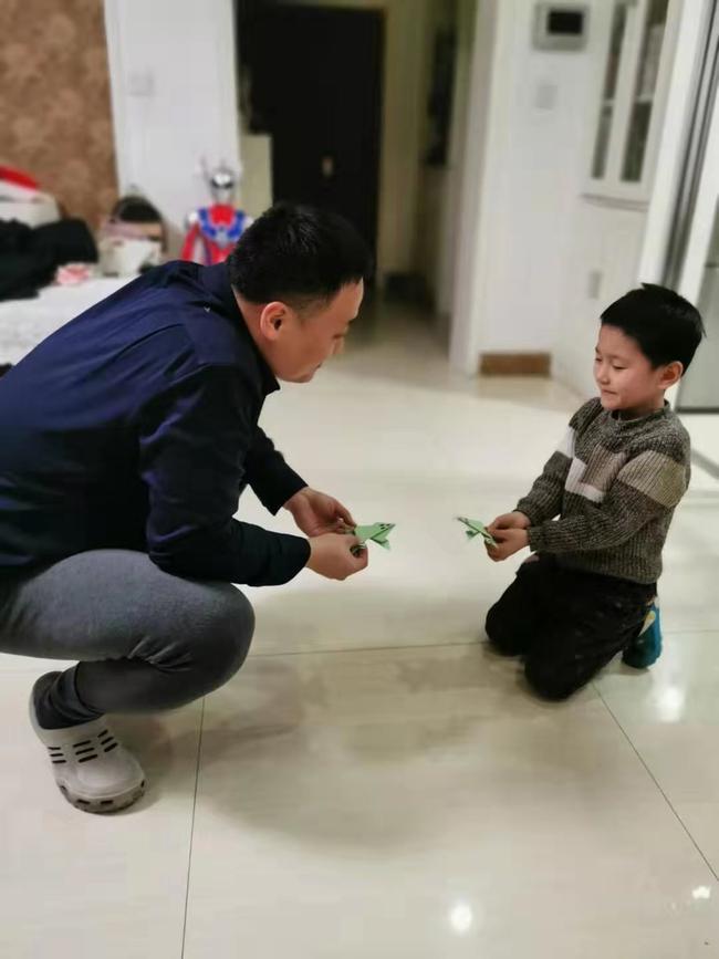 2.爸爸,来比一比谁的青蛙跳的远
