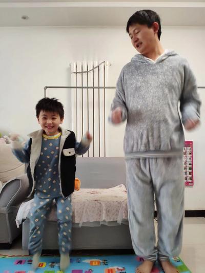 1.市实验幼儿园孩子在家和爸爸一起快乐做操