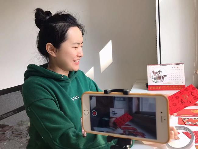 3.中班郭老师在精心录制活动视频