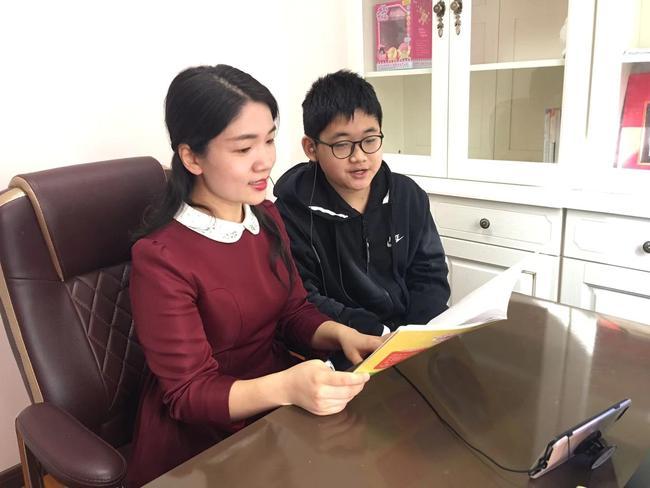 4.小班靳艳老师和家人一起录制绘本配音