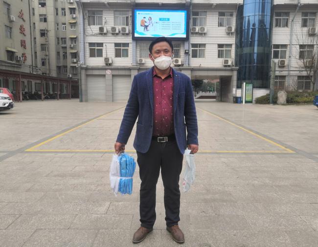 1郑州市扶轮外国语学校家长张兴丰到校捐赠