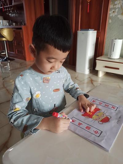 4.孩子们用画笔用心表达祝福