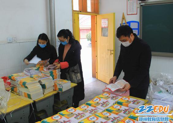 校长刘治和老师们一起及时将学生书籍进行分装