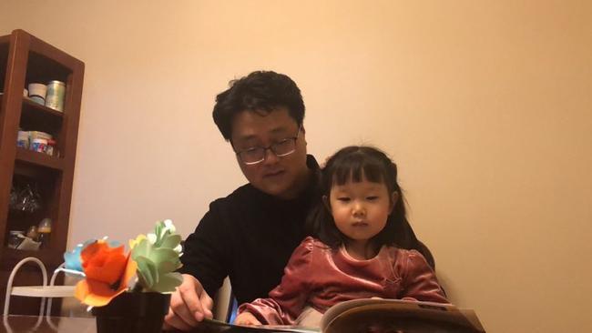1我和爸爸一起读书给妈妈听!爱,是从月亮到心的距离。