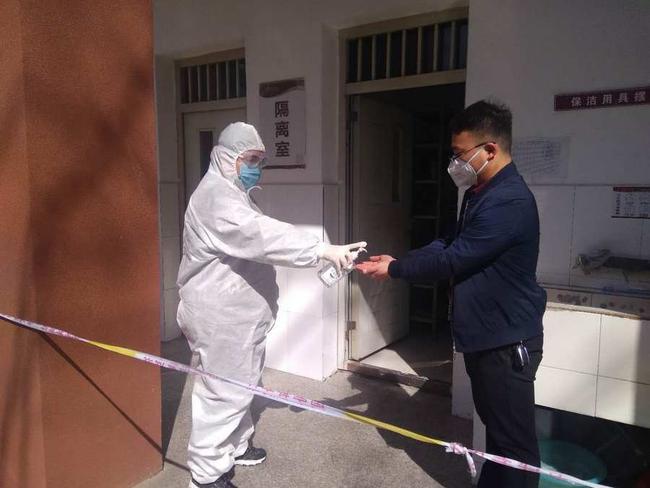 防护人员对疑似病人消毒