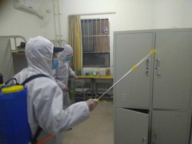 防疫人员对疑似病人所处房间进行细致消杀