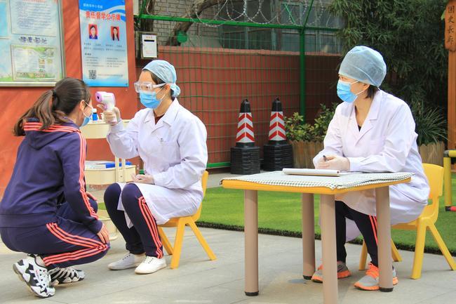 2.入园进行晨检测量体温有问题及时进行登记并处理