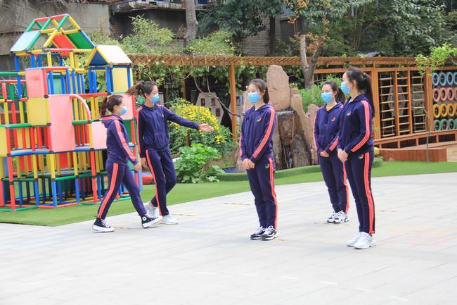 3.孩子在老师的接引下间隔1米进行排队,三人成组后接引入班
