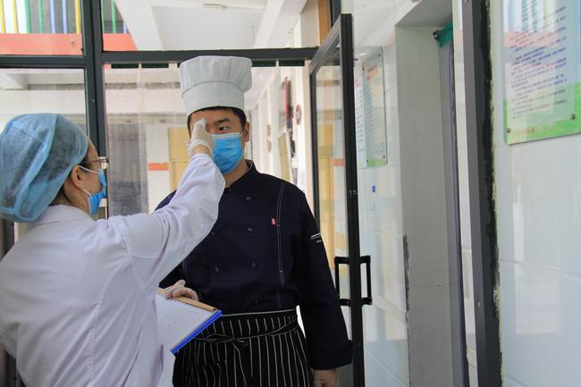 9.厨师进入后厨先进行体温测量