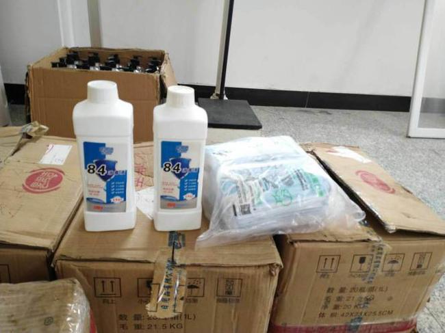 郑州57中捐赠防疫物资,共克时艰