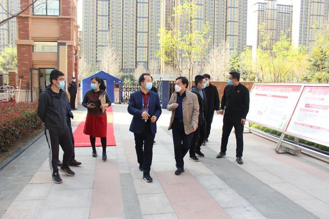 检查组一行人来到郑州龙湖一中