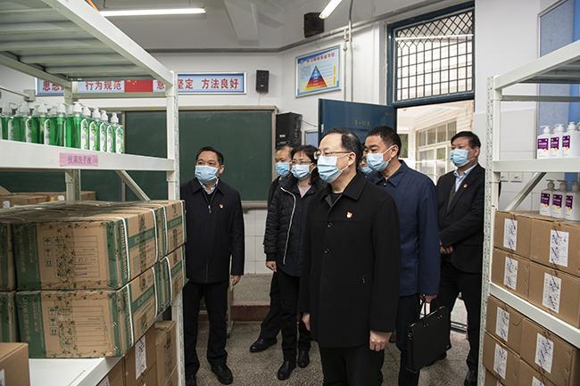 省政协副主席谢玉安一行检查学校防疫物资储备情况
