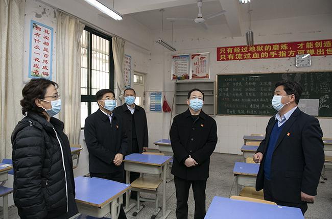 省政协副主席谢玉安一行检查学教室情况