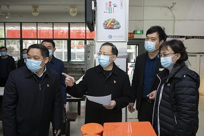 省政协副主席谢玉安一行检查学校食堂情况