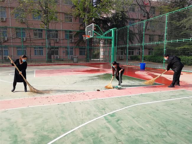 4打扫篮球场卫生
