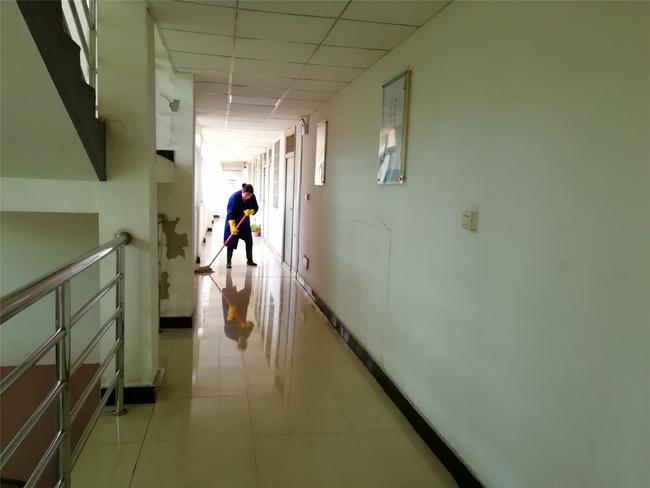 6认真打扫办公楼卫生