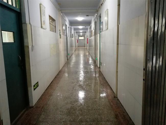 7教学楼走廊干净明亮