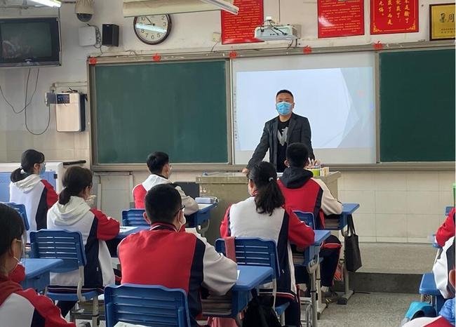 班主任楚东升老师重申学生入校后行动指南