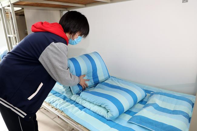 3、室友铺床叠被棒不棒,我们可以的