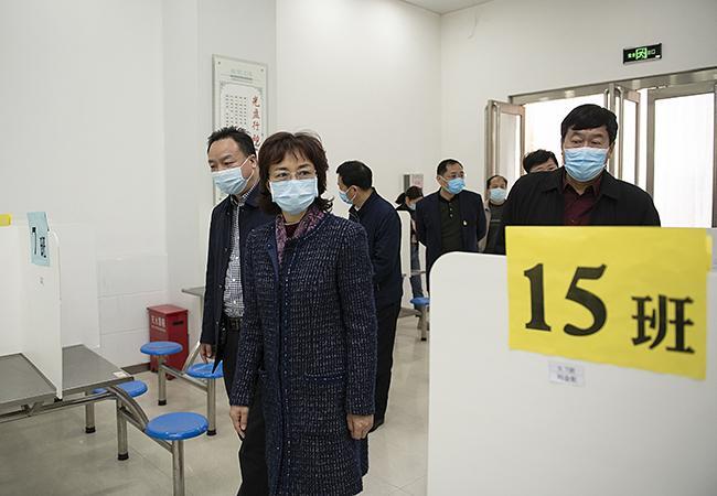 孙晓红一行视察郑州市第七十六初级中学食堂情况