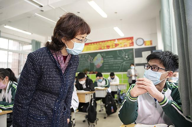 孙晓红询问学生复学情况