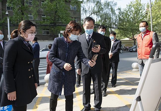 郑州市副市长孙晓红在入校前扫码登记