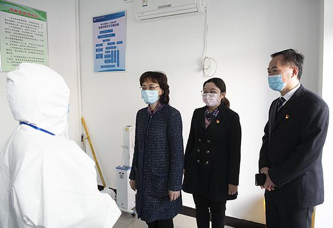 孙晓红一行视察郑州市第四十七初级中学隔离室情况