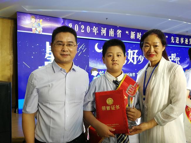 7.李承泽和他的父母在发布厅合影留念