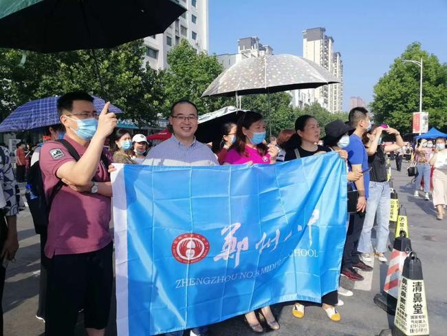 1.在外国语中学考点,郑州八中送考老师们在等候考生走来
