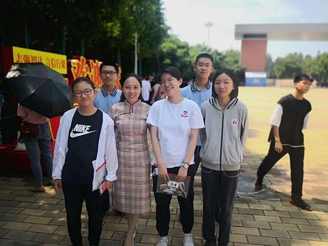 2.在郑州一中考点,2020届9班班主任韩春换与她的学生在一起
