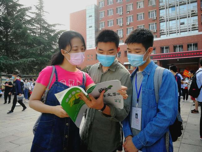 3.在河南省实验中学考点,2020届5班班主任、语文老师李春梅在回答学生们提出的问题