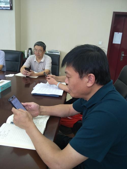 学校党委书记、校长闫培新带领全体干部认真答题1
