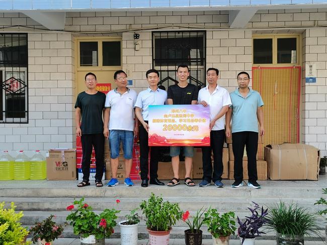 郑州八中团委负责人黄晓杰代表学校向汤河中学捐赠学习用品等