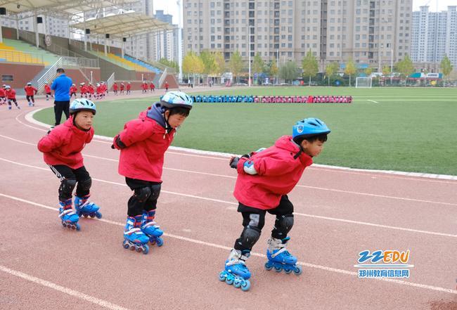 参加轮滑社团的学子正在练习
