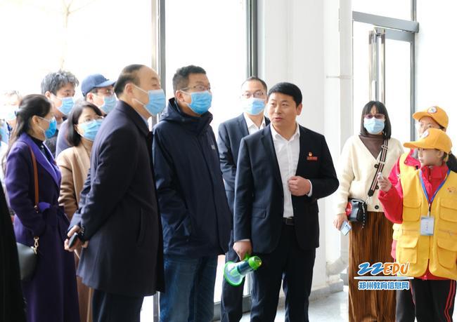 省市媒体采访报道组一行走进中牟县晨阳路学校