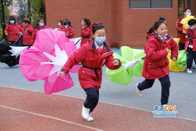 新郑市正商外国语小学学子尽情奔跑
