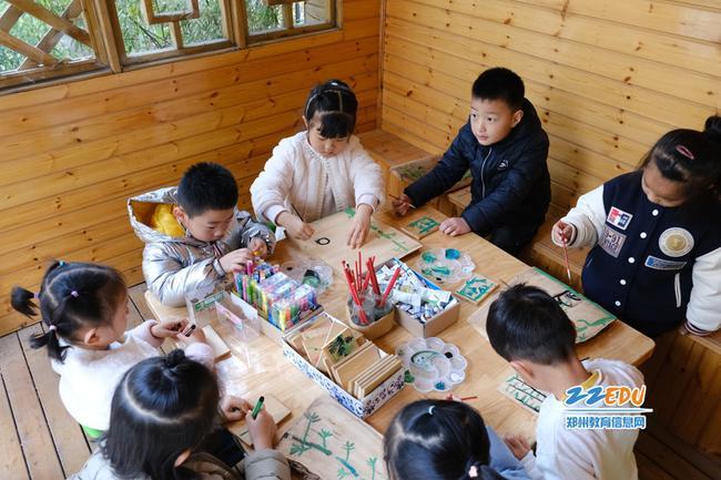 大班的学生拿起画笔进行创作