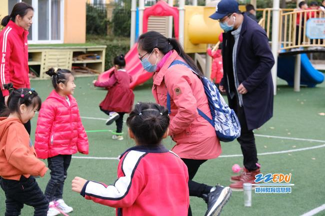 在新郑市弘远路幼儿园,媒体记者们亲身体验一番