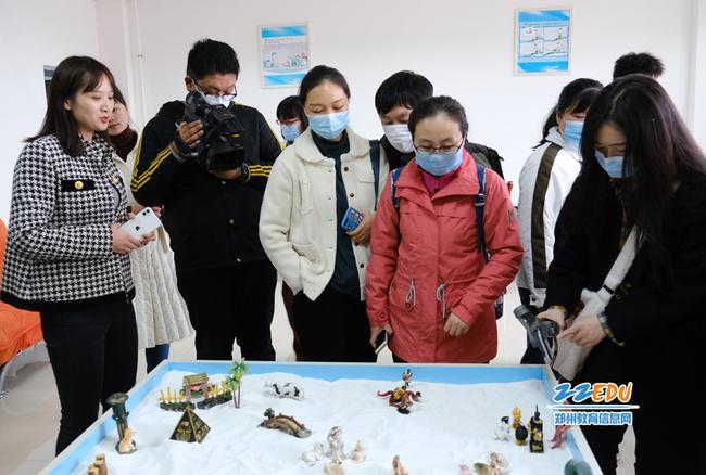 在新郑市第一中学心理活动室参观