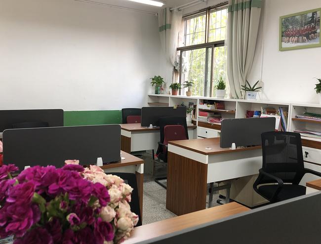 干净整洁的教师办公室